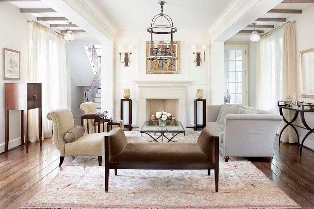 طراحی داخلی سالن پذیرایی کلاسیک و شیک با یک مبل دونفره بزرگ و دو مبل تک نفره که در آن تعادل نامتقارن ایجاد شده است