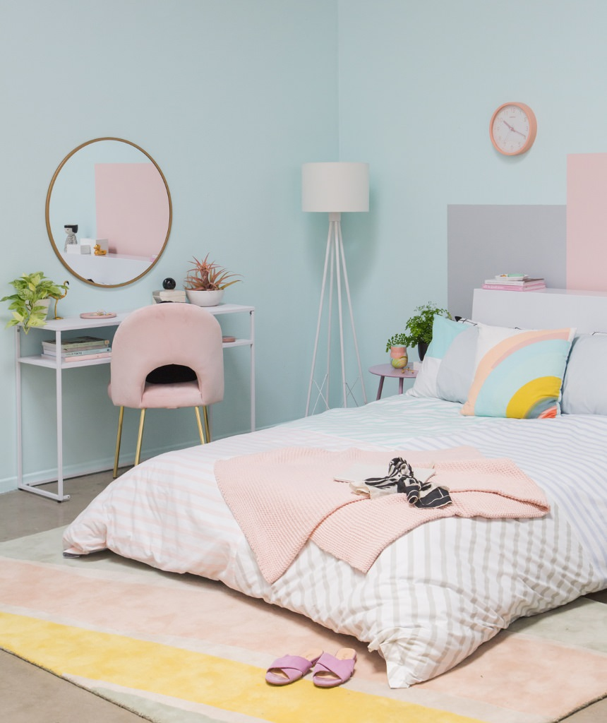 دکوراسیون داخلی اتاق کودک و نوجوان با رنگ غالب سرد آبی پاستلی که از دکوریجات گرم و صورتی در آن استفاده شده است