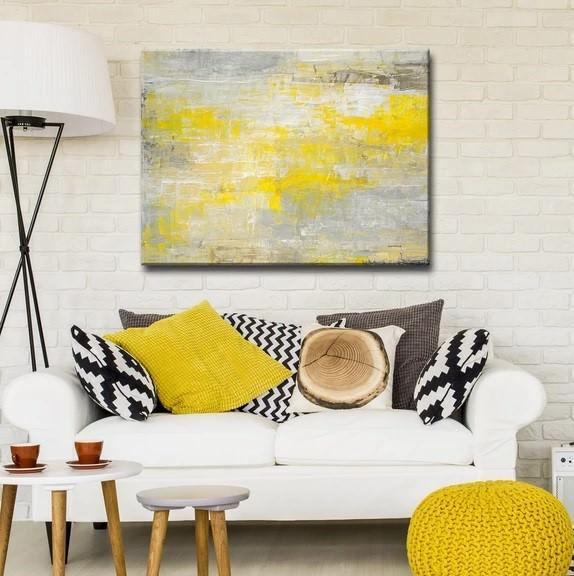 طراحی داخلی اتاق نشیمن با دیوار آجری سفید که از وسایل و دکوریجات با رنگ گرم زرد در آن استفاده شده است