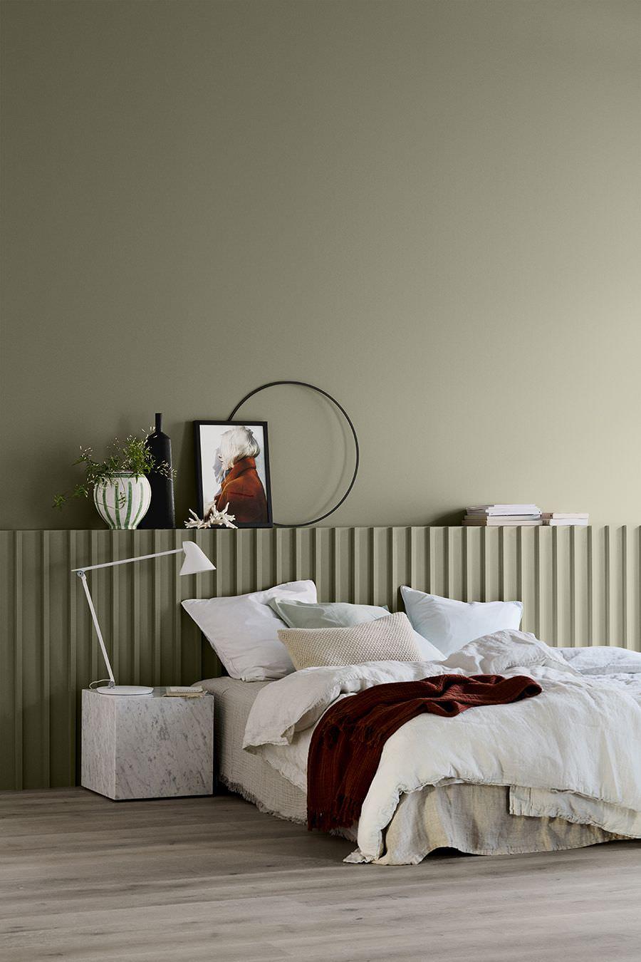 طراحی داخلی اتاق خواب مدرن و ساده با دیوارهای طوسی رنگ که با استفاده از تکرار در آن ریتم ایجاد شده است