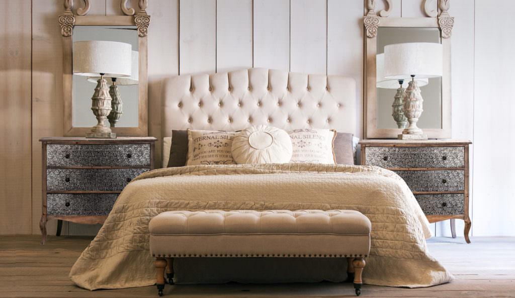 طراحی داخلی اتاق خواب لوکس و کلاسیک با تخت پارچه ای که از آباژورهای رومیزی برای نورپردازی وظیفه ای آن استفاده شده است