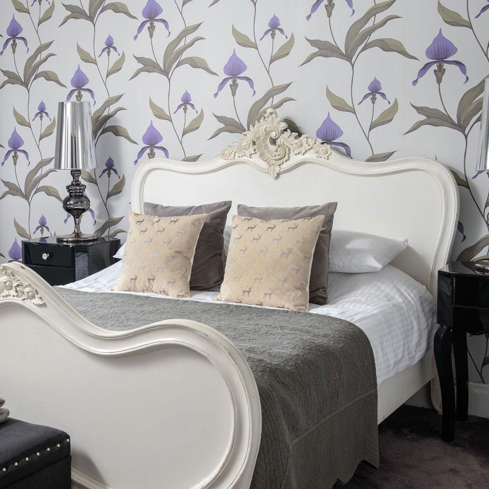 ایجاد هارمونی در اتاق خواب با رنگ مشابه طرح کاغذ دیواری و روتختی