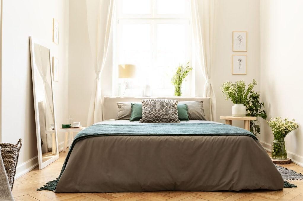 تخت خواب دو نفره ای که بر خلاف اصول فنگ شویی اتاق خواب، زیر پنجره قرار گرفته است