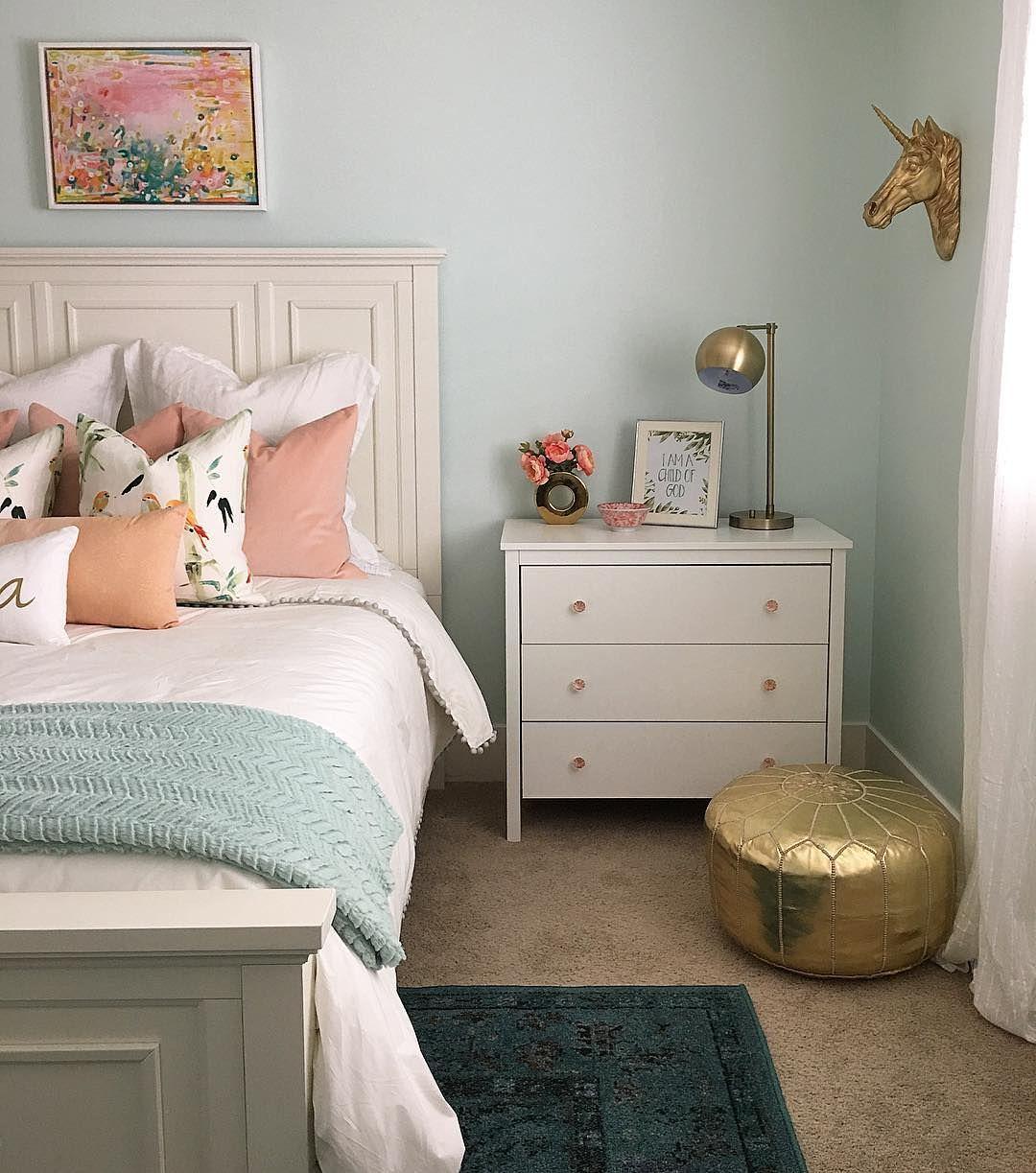 فنگ شویی اتاق خوابی که در آن دیوارها به رنگ آبی پاستلی است و رنگ جذاب صورتی در دکوریجات کوچک آن را از یکنواختی خارج کرده است