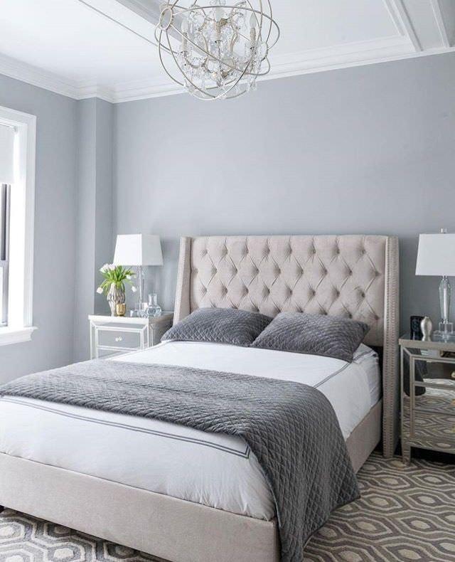 تخت خوابی که برای ایجاد تعادل و تقارن در اتاق خواب در مرکز دیوار قرار گرفته است