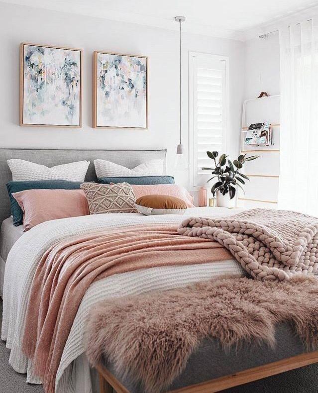 ایجاد دیوار تاکیدی در اتاق خواب با نصب تابلوهای دکوری بالا تخت خواب