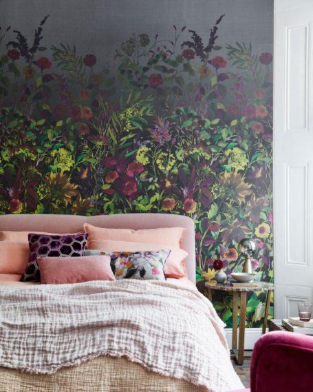 ایجاد دیوار تاکیدی در اتاق خواب با نصب کاغذ دیواری گلدار