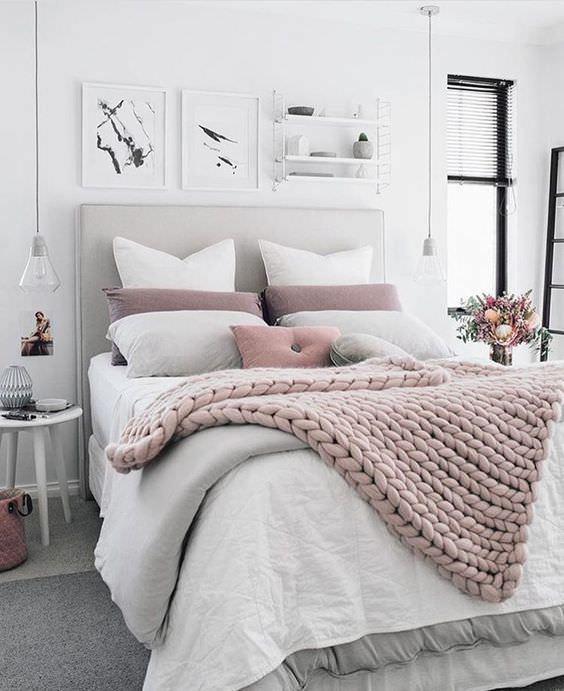 رنگ خنثی و سفید دیوارهای اتاق خواب که به آن جلوه ای شیک و زیبا داده است