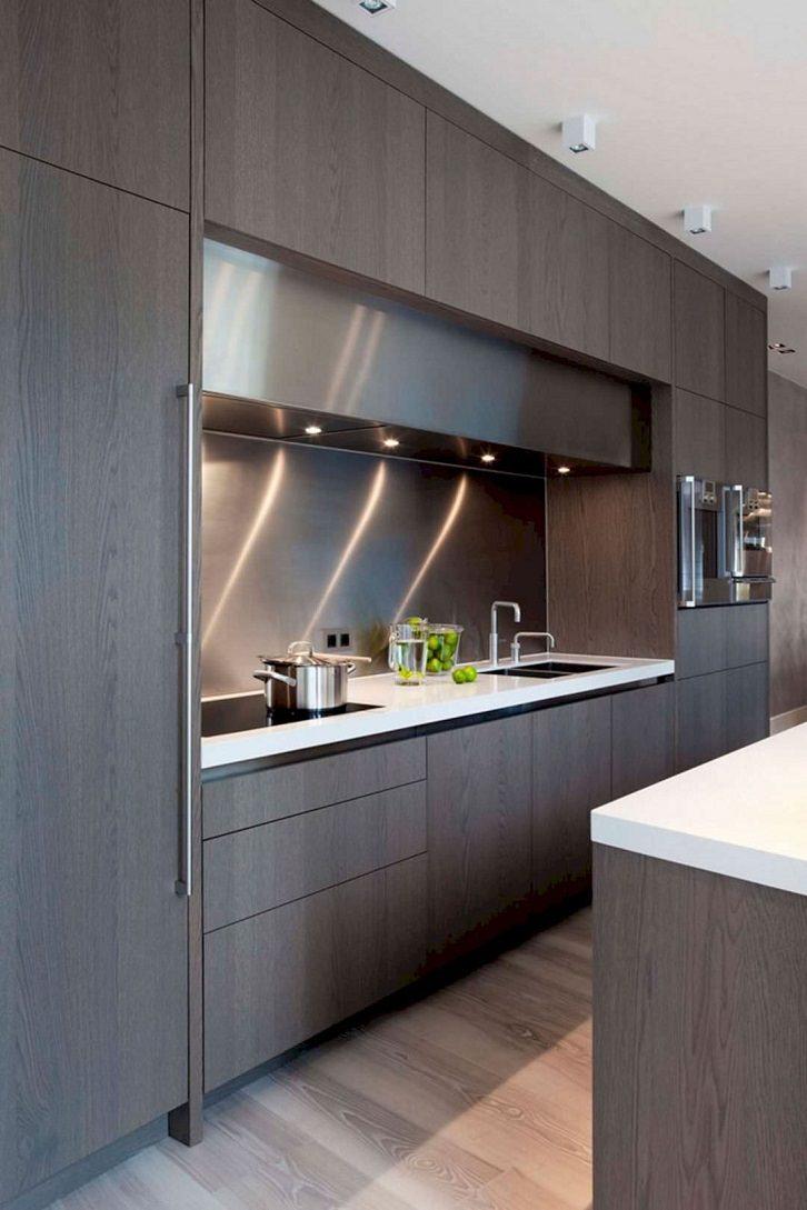 کابینت مدرن چوبی تیره تا سقف آشپزخانه