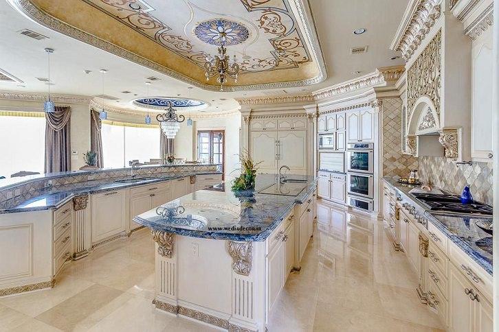 کابینت کلاسیک سفید با کانتر آبی رنگ در آشپزخانه لوکس