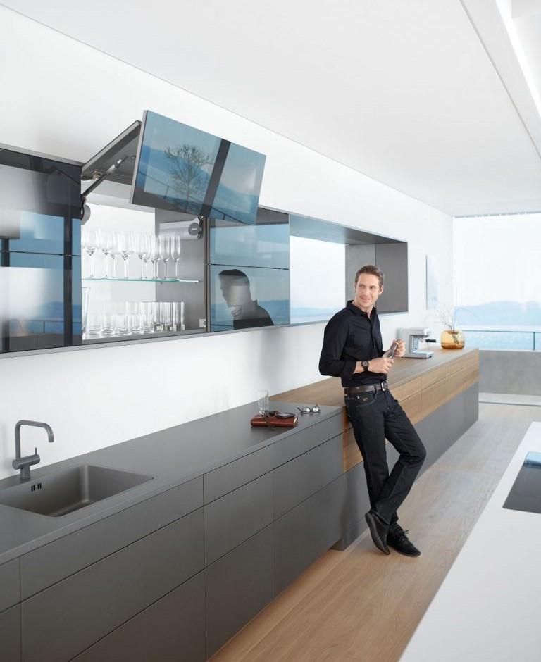 کابینت مدرن با درب شیشه ای در دکوراسیون آشپزخانه