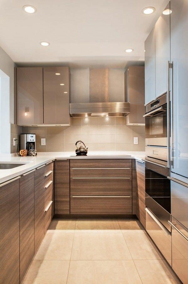 نصب کابینت های قهوه ای مدرن در آشپزخانه کوچک