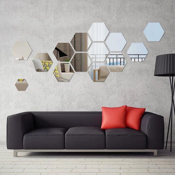 دیزاین دیوار با آینه دکوراتیو شش ضلعی در فضای نشیمن