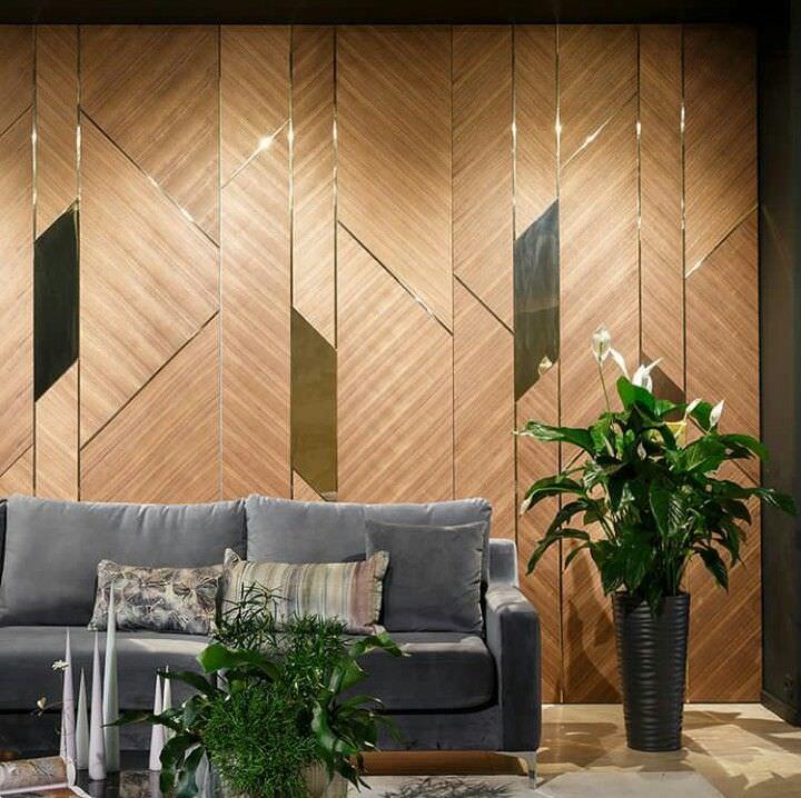 دیزاین دیوار پشت مبل نشیمن با پنل و دیوارپوش های چوبی و آینه ای
