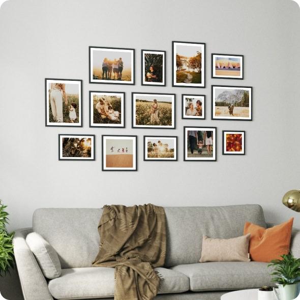دیزاین دیوار با قاب عکس های خانوادگی که با الگو خاص چیدمان شده اند