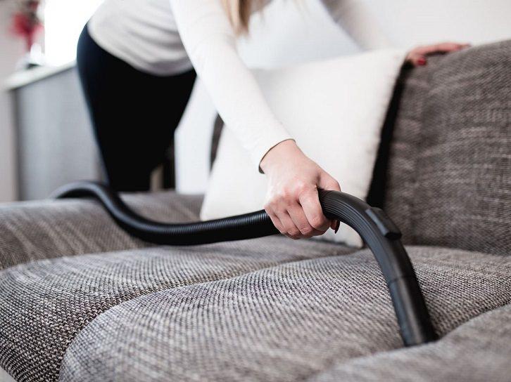 جارو کردن سطح مبل برای تمیز کردن نشیمن و پذیرایی