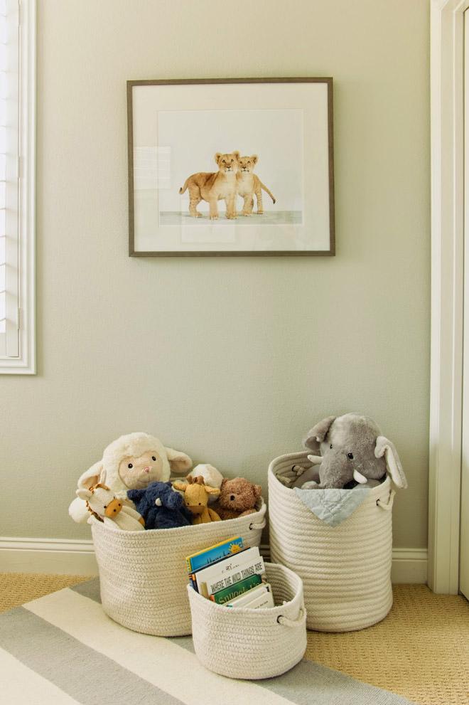 استفاده از سبد مخصوص اسباب بازی برای مرتب کردن اتاق کودک
