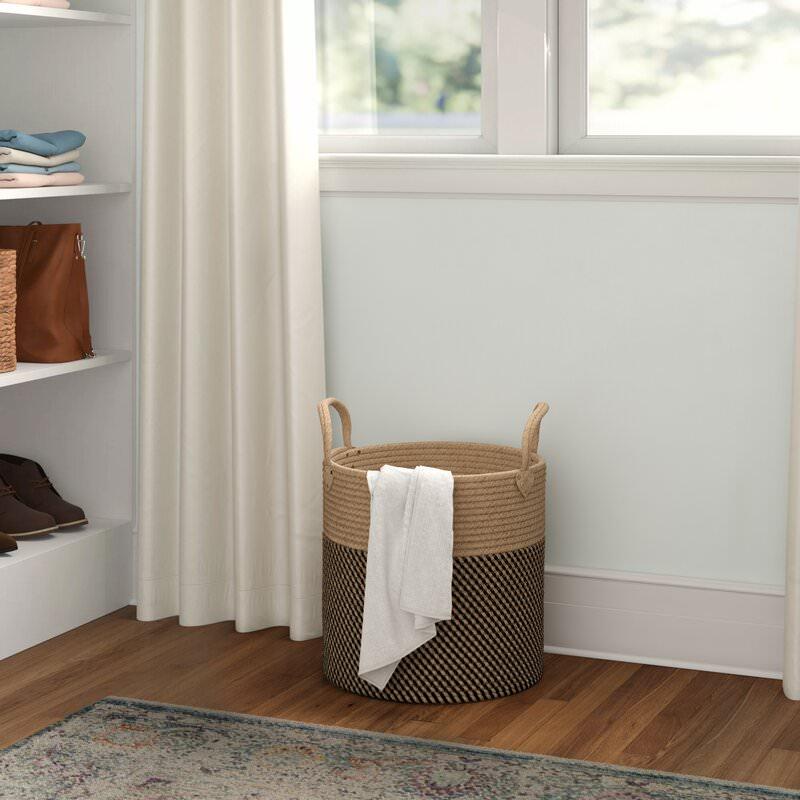 استفاده از سبد مخصوص لباس های کثیف در مرتب کردن اتاق خواب