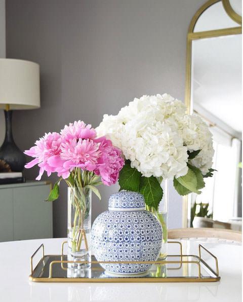 گل های مصنوعی صورتی و سفید که جلوه ای گل های طبیعی دارند