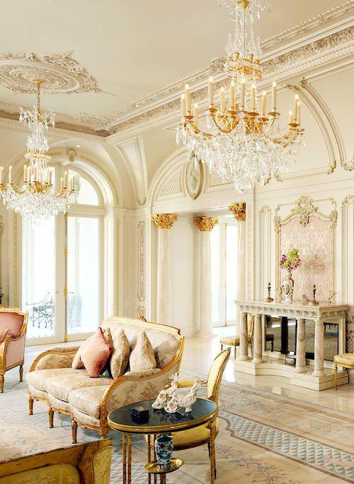سبک دکوراسیون کلاسیک با دیوار و سر ستون های گچ کاری شده