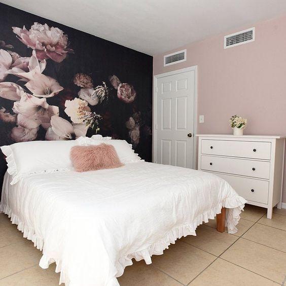 طرح کاغذ دیواری درشت اتاق خواب که پشت دیوار تخت نصب شده است
