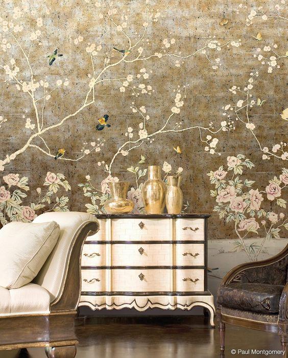 کاغذ دیواری پذیرایی به رنگ قهوه ای و طرح گل