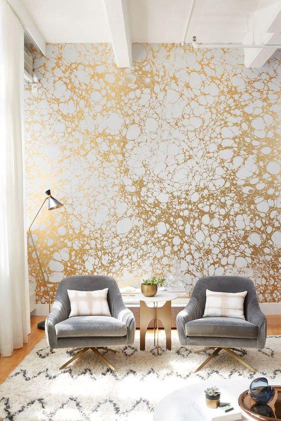 نشیمن با کاغذ دیواری فیلی و طلایی