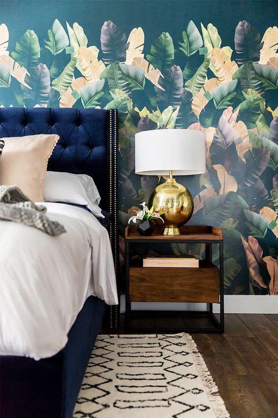 کاغذ دیواری اتاق خواب به رنگ سرمه ای و طرح صورتی رنگ