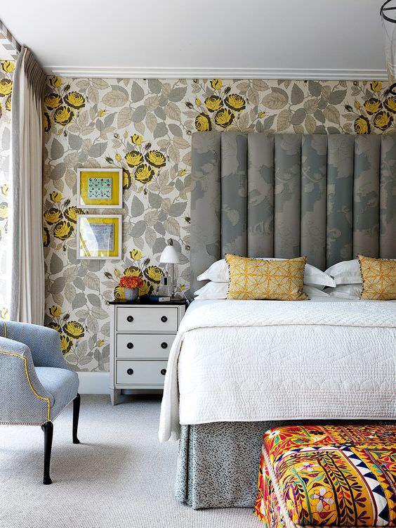 اتاق خواب با کاغذ دیواری طوسی و زرد
