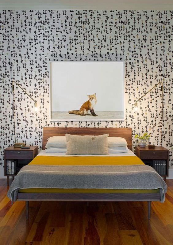 تاق خواب با کاغذ دیواری طوسی و رو تختی زرد