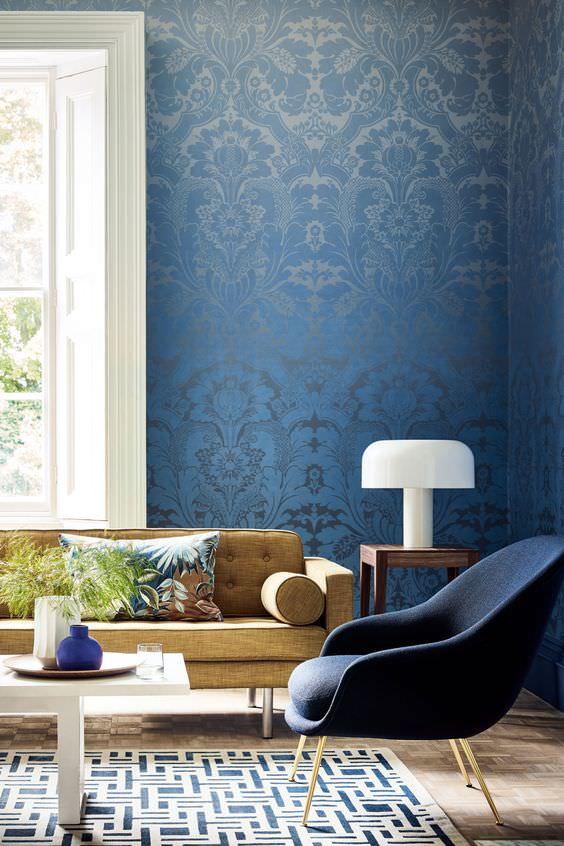 نشیمن با کاغذ دیواری آبی و مبل خاکی رنگ