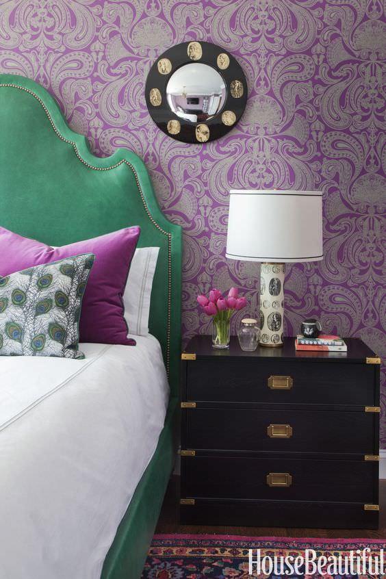 اتاق خواب با کاغذ دیواری بنفش و تخت سبز