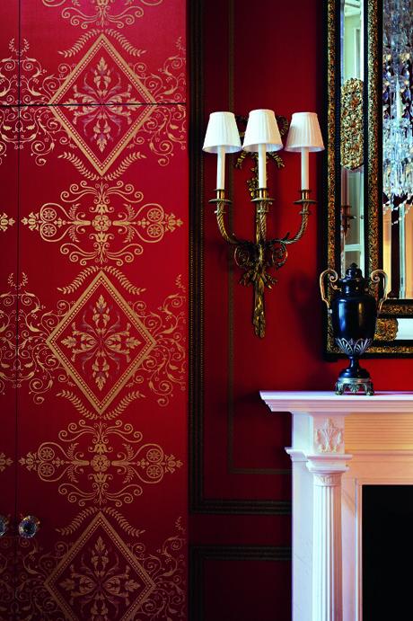پذیرایی کلاسیک با کاغذ دیواری قرمز