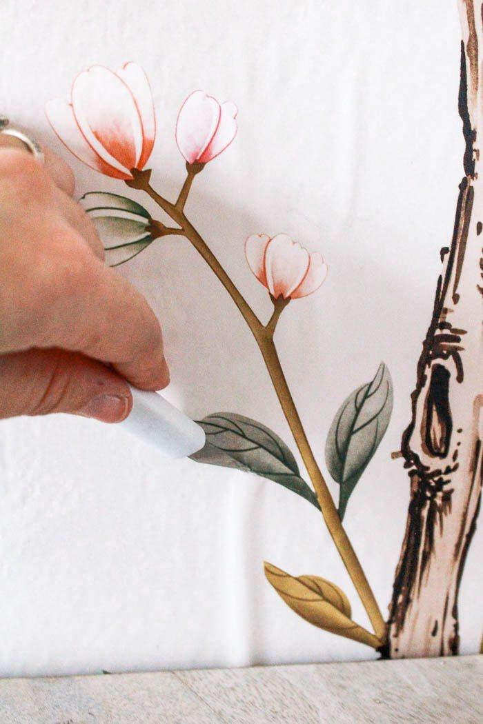 ایجاد شکاف روی حباب کاغذ دیواری با کاتر