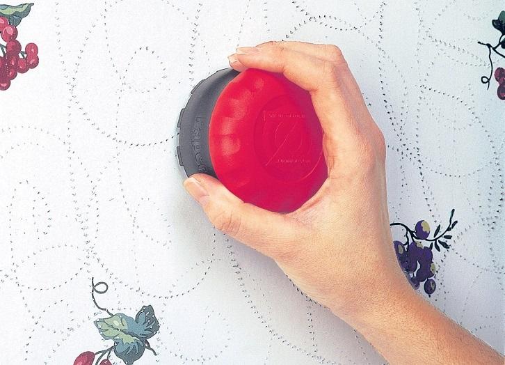 ایجاد منفذ روی سطح کاغذ دیواری برای جدا کردن از دیوار