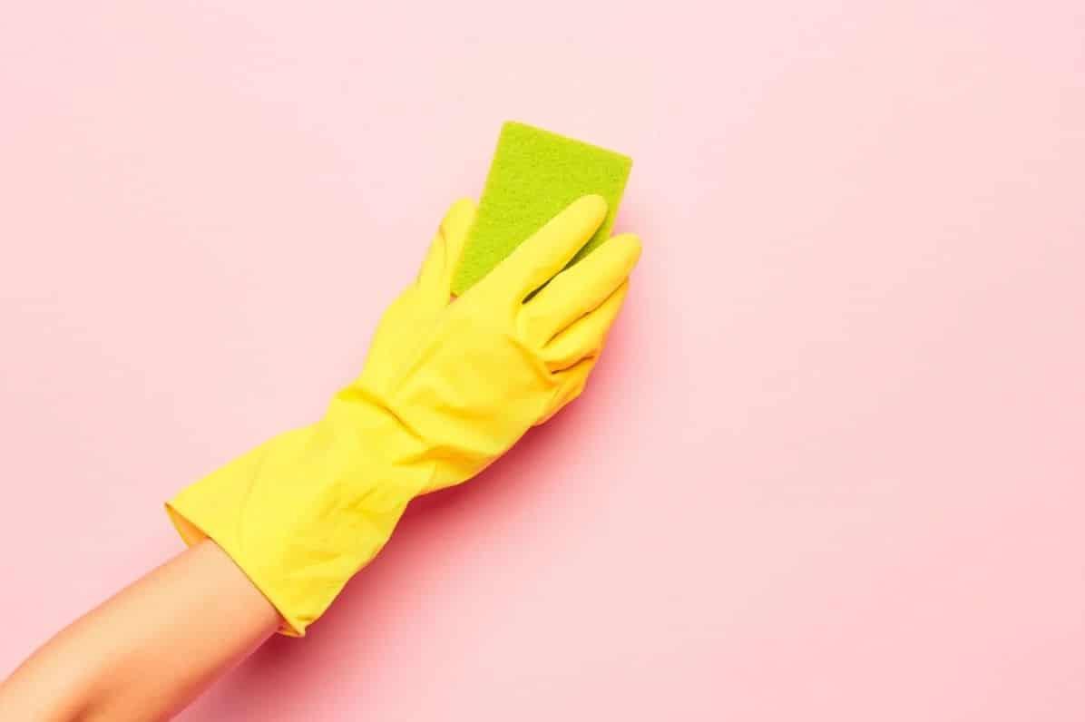 تمیز کردن کاغذ دیواری قابل شست و شو با اسفنج نم دار