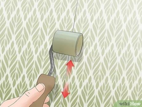 غلتک کشیدن روی درز کاغذ دیواری