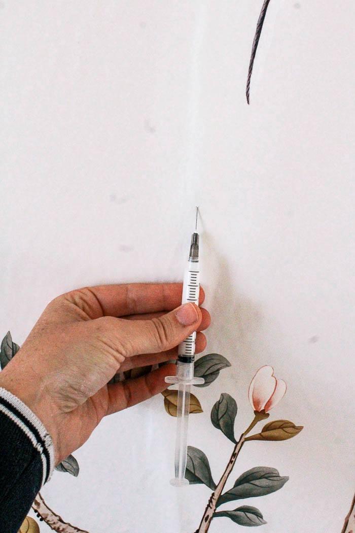 زدن چسب کاغذ دیواری زیر حباب با سرنگ