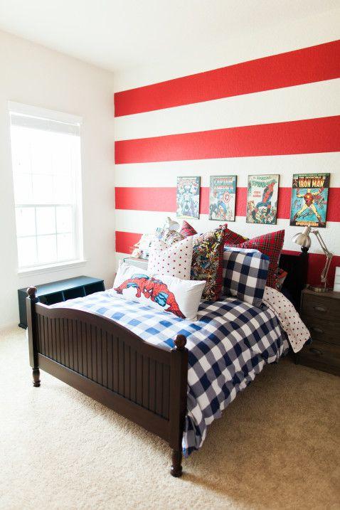 کاغذ دیواری اتاق نوجوان به رنگ قرمز با طرح راه راه