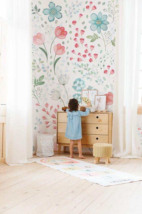 کاغذ دیواری اتاق کودک دختر با طرح گل و رنگ آبی و صورتی