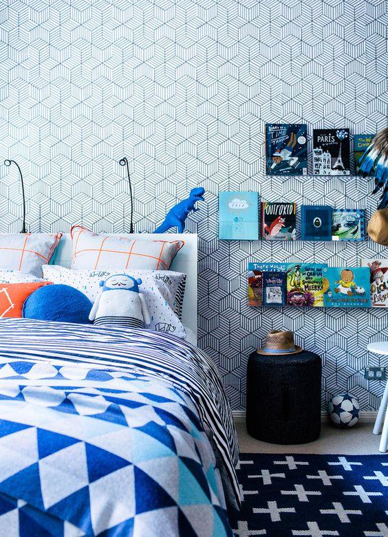 کاغذ دیواری اتاق نوجوان پسر با طرح هندسی و رنگ آبی آسمانی