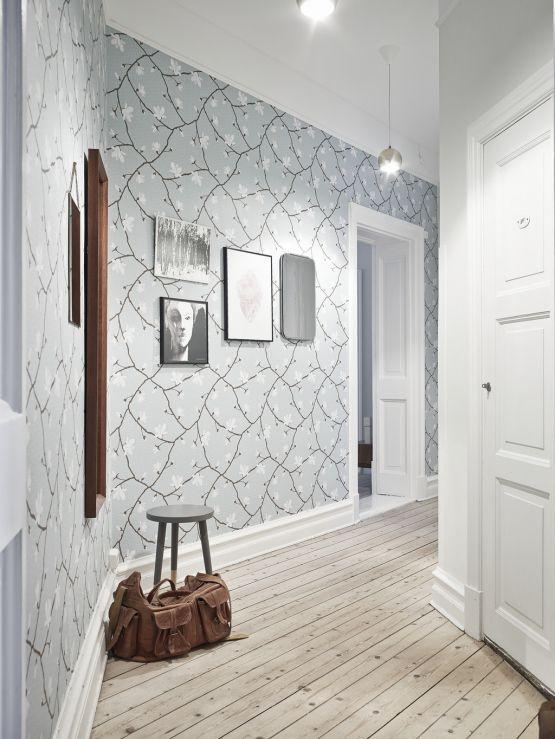 کاغذ دیواری راهرو با رنگ روشن و طرح گل