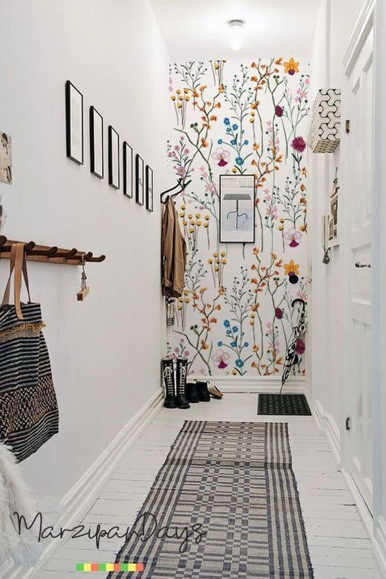 کاغذ دیواری راهرو به رنگ سفید و طرح گل