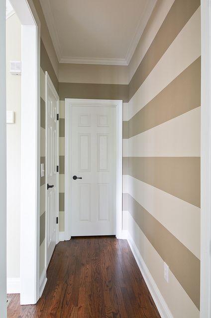 کاغذ دیواری راهرو با رنگ کرم و سفید و طرح راه راه افقی