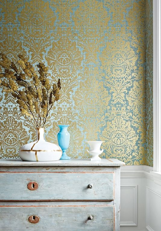 کاغذ دیواری پذیرایی با طرح کلاسیک و رنگ آبی و طلایی