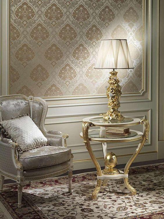 کاغذ دیواری پذیرایی با طرح کلاسیک و رنگ کرم و طلایی
