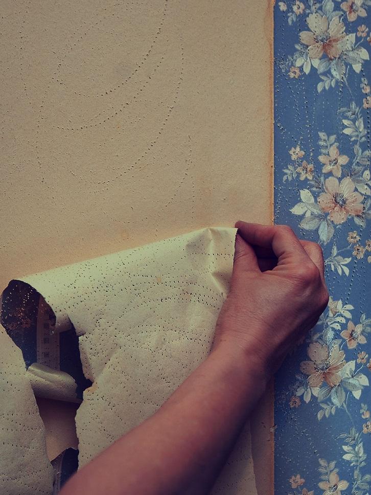 کندن کاغذ دیواری با کمک دست