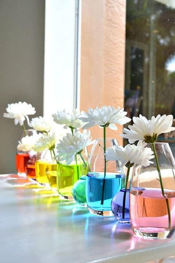 تزئین گلدان های شیشه با آب رنگی و گل های مصنوعی سفید