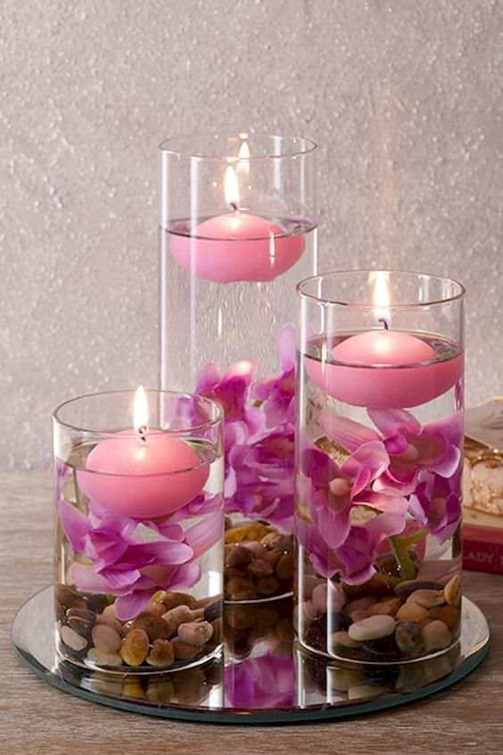 تزئین ظرف شیشه ای استوانه ای با گل مصنوعی، آب و شمع