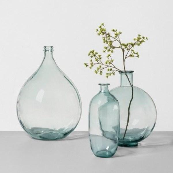 تزیئن گلدان شیشه ای با شاخه شکوفه مصنوعی